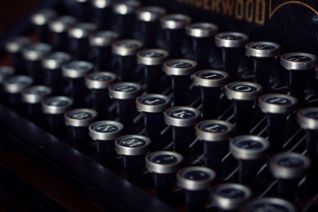 black and gray Underwood typewriter closeup photography